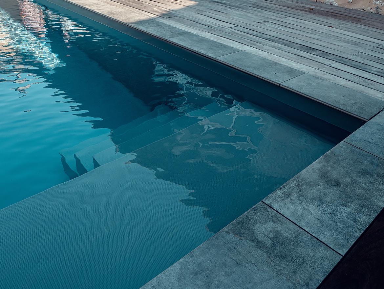 Réalisation Piscines & Concept - Piscine traditionnelle - membrane gris foncé - Terrasse bois ipe